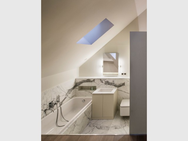 Une salle de bains en marbre de Carare - Un duplex aménagé autour d'un escalier canyon