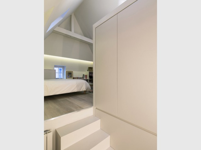 Un dressing encastré dans l'escalier - Un duplex aménagé autour d'un escalier canyon