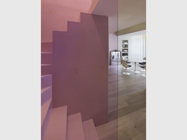 Un rose doux transforme l'escalier en un pont coloré - Un duplex aménagé autour d'un escalier canyon