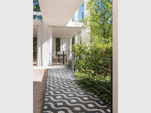 Une allée en pavés modulaires pour un jardin géométrique - Une allée bien structurée pour mon jardin