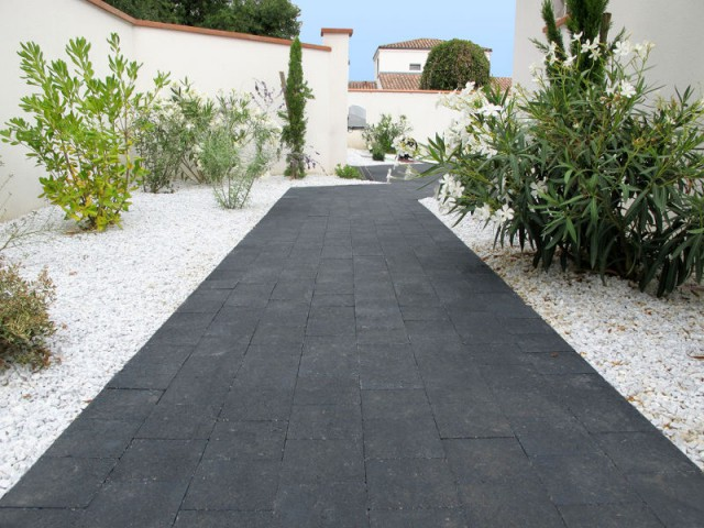 Une allée en pavés pour un jardin contemporain - Une allée bien structurée pour mon jardin