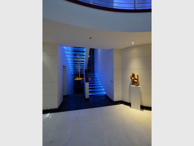 Une maison contemporaine dotée d'un escalier flottant  - Une maison contemporaine inspirée par les yachts