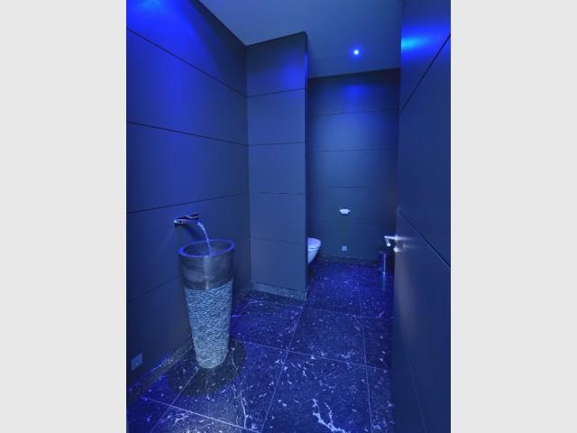 Une salle d'eau bleue nuit pour une ambiance aquatique - Une maison contemporaine inspirée par les yachts