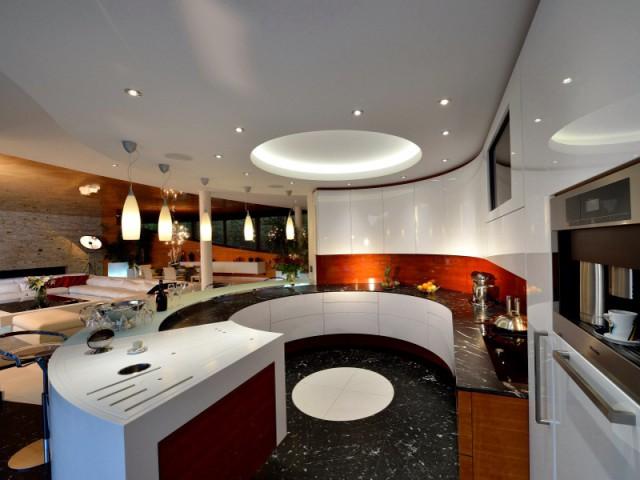 Une cuisine en forme de bar pour un luxe élégant - Une maison contemporaine inspirée par les yachts