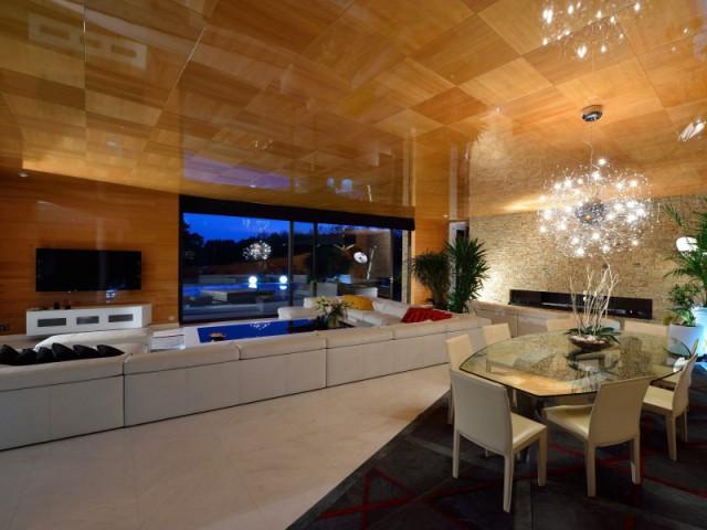 Un salon en marbre blanc pour une pièce à vivre lumineuse  - Une maison contemporaine inspirée par les yachts