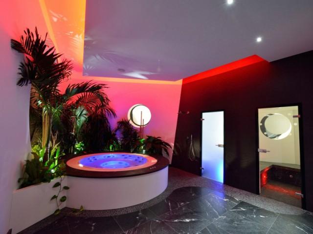 Un spa à débordement aux allures de cabine de bateau - Une maison contemporaine inspirée par les yachts