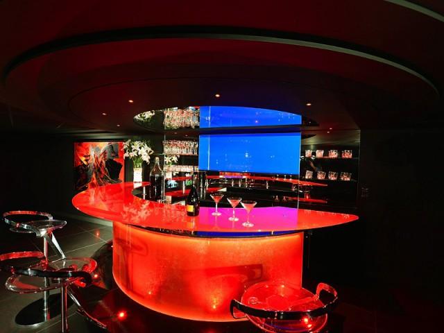 Une discothèque privée en sous-sol avec vue panoramique sur la piscine  - Une maison contemporaine inspirée par les yachts