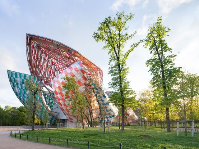 Une oeuvre architecturale intégrée dans son environnement - Fondation Louis Vuitton colorée par D. Buren