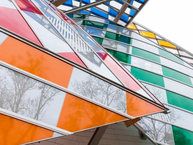 Une mosaïque déstructurée orne la Fondation Vuitton - Fondation Louis Vuitton colorée par D. Buren