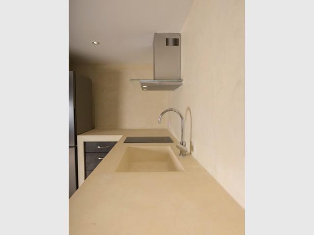 Une cuisine traditionnelle se pare d'un revêtement en micro-béton - Une grange rénovée en béton du sol au plafond