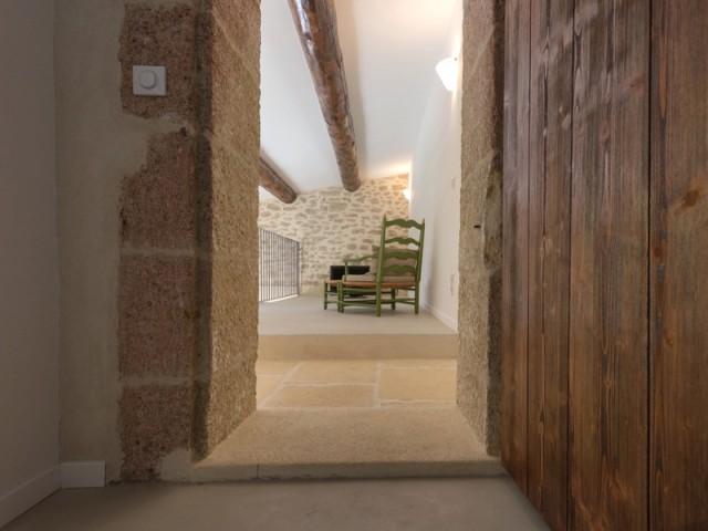 Une Grange Rénovée En Béton Du Sol Au Plafond