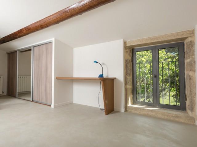 Un aménagement en pierre d'origine minimaliste - Une grange rénovée en béton du sol au plafond