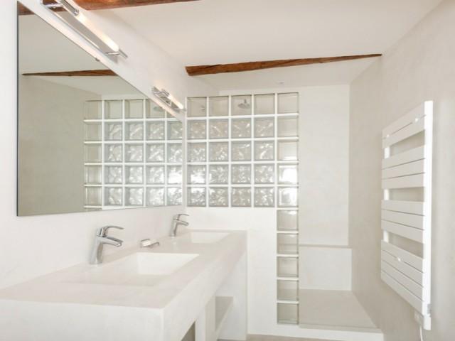 Une salle de bains sur-mesure en micro béton blanc - Une grange rénovée en béton du sol au plafond