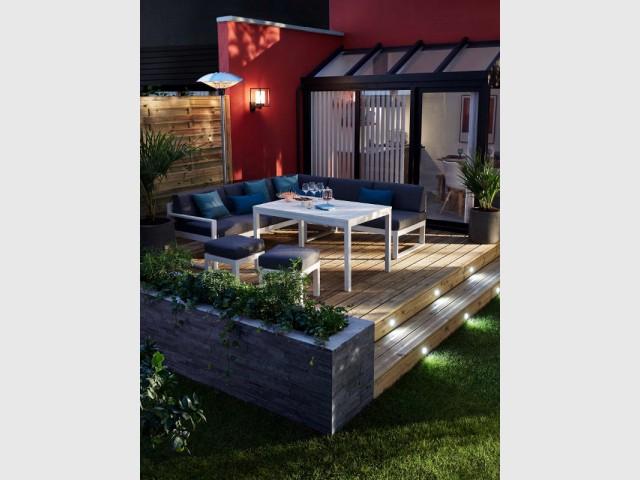 Des spots sur les marches pour une terrasse pratique - Un jardin bien éclairé