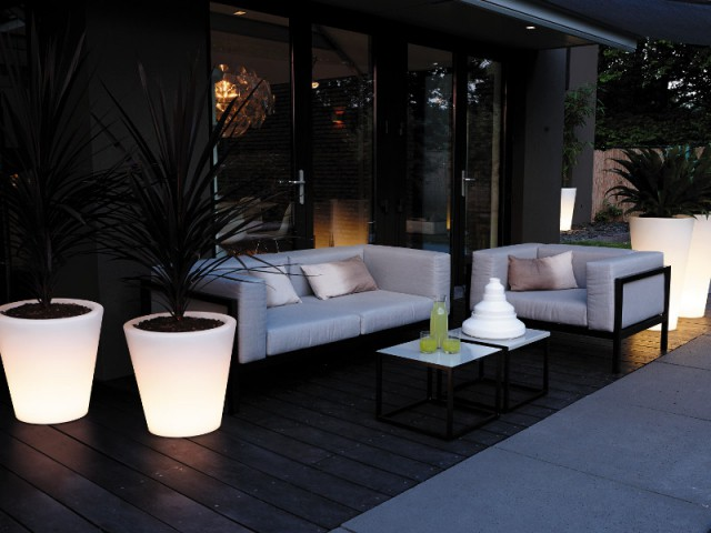 des pots de fleurs lumineux pour un jardin contemporain - Eclairage Jardin
