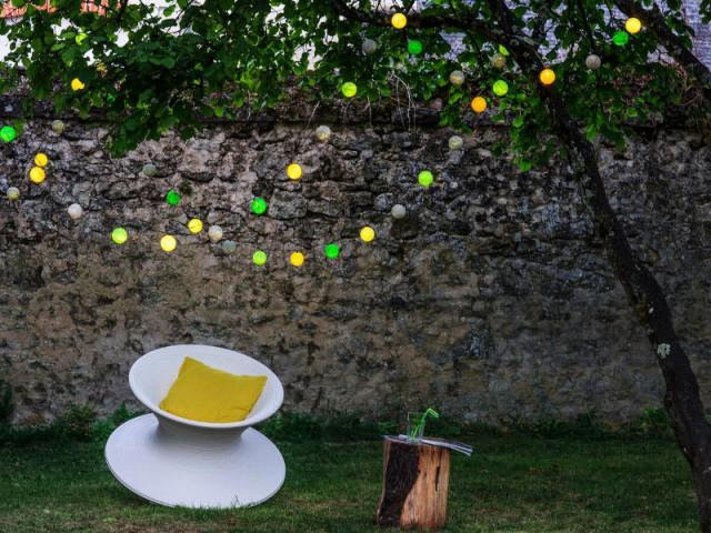 Une guirlande colorée pour un jardin festif - Un jardin bien éclairé