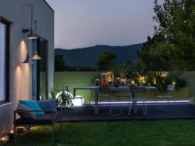 Suspensions et bandes de Leds pour un jardin intimiste - Un jardin bien éclairé