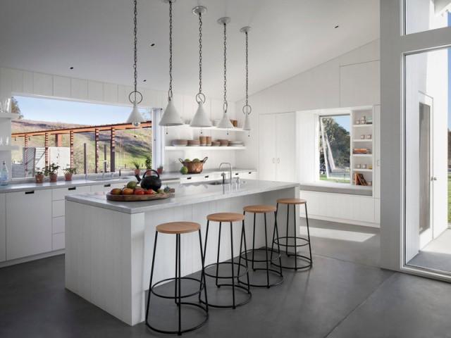 Une cuisine comme point névralgique de la maison  - Un vieux ranch américain transformé en maison écologique