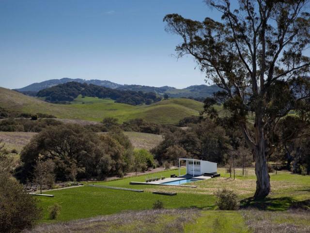 Une terrasse perdue dans le creux d'une vallée californienne - Un vieux ranch américain transformé en maison écologique