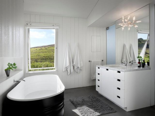 Une salle de bains avec une baignoire en forme d'abreuvoir - Un vieux ranch américain transformé en maison écologique