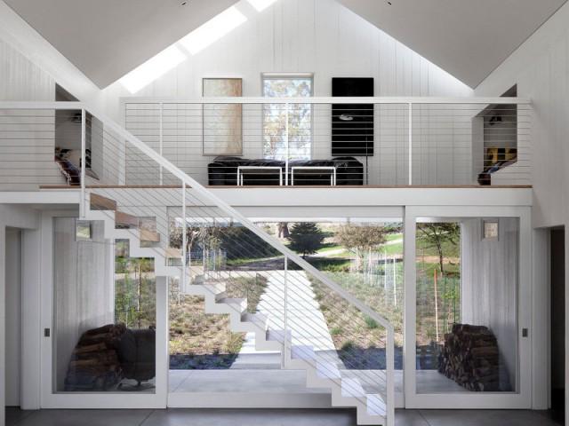 Une mezzanine équipée de deux niches de couchages - Un vieux ranch américain transformé en maison écologique