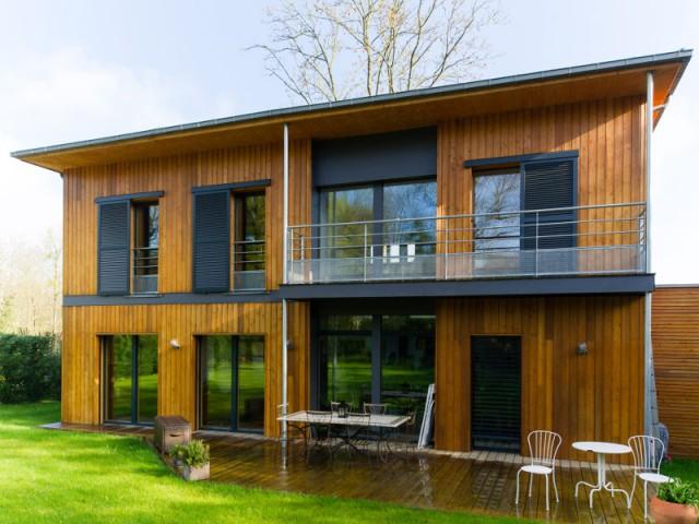 Un balcon sur pilotis pour éviter les fuites d'air - Une maison passive en bois bâtie dans la forêt