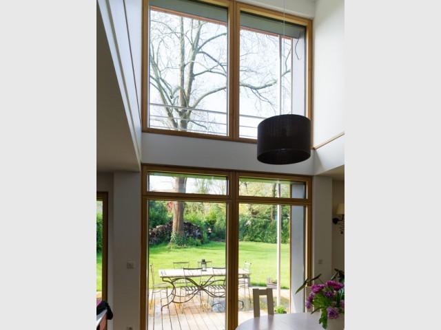 Une grande baie vitrée pour un chauffage constant  - Une maison passive en bois bâtie dans la forêt