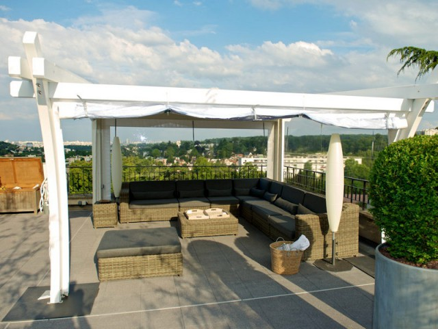 Un salon de jardin contemporain sous la pergola en bois - Une toiture terrasse avec deux pergolas
