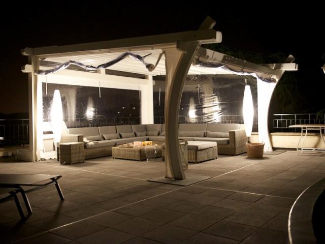 Des toiles transparentes pour profiter de la vue sous la pergola - Une toiture terrasse avec deux pergolas