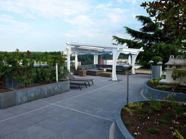 Une pergola conçue pour profiter de la vue au calme - Une toiture terrasse avec deux pergolas