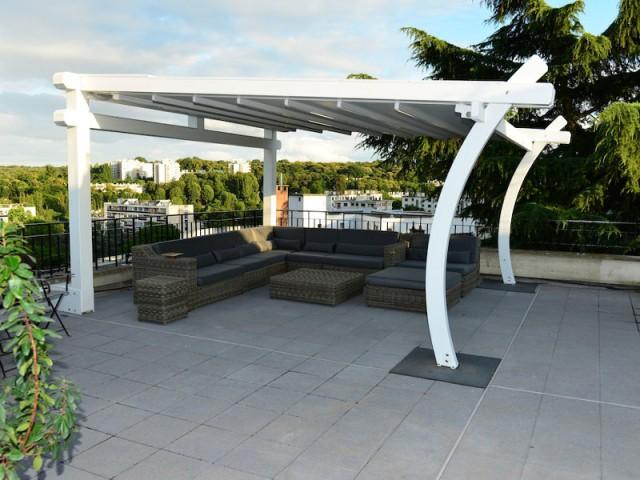 Une pergola en bois blanc aux formes originales - Une toiture terrasse avec deux pergolas