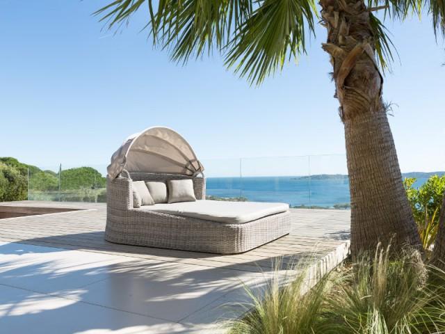 Un lit double à ombrelle réglable pour une ambiance confortable - Dix fauteuils pour profiter de son jardin à deux