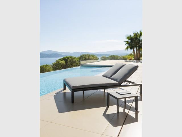Une chaise longue double pour une ambiance moderne - Dix fauteuils pour profiter de son jardin à deux