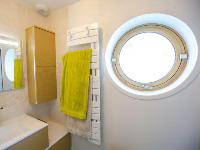 Une salle de bains comme dans un bateau - Maison Parenthèse, La Rochelle