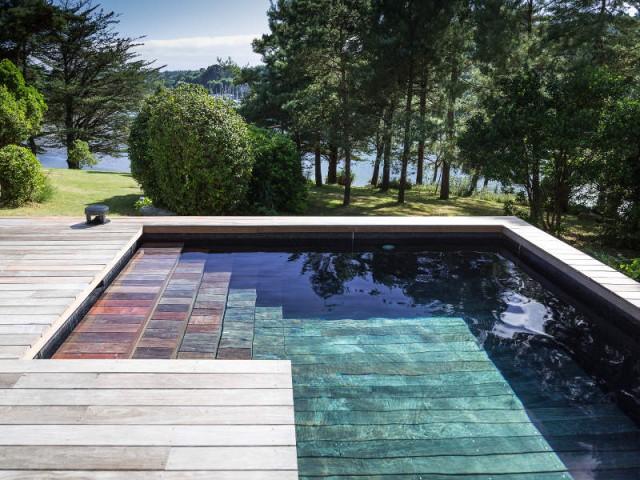 Un escalier de piscine intégré dans la terrasse  - Une piscine à fond mobile, une terrasse optimisée