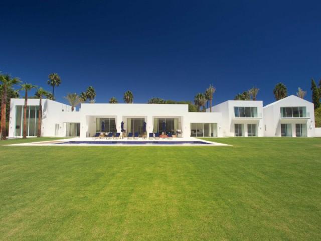 Une grande baie vitrée comme colonne vertébrale de la résidence - Une villa construite entre ombre et lumière