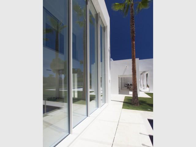 Une maison fondue dans l'environnement  - Une villa construite entre ombre et lumière