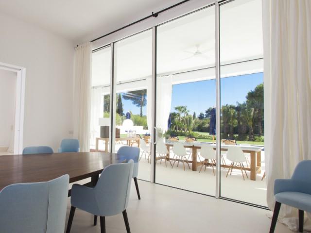 Une maison à grandes portes vitrées pour une transition naturelle - Une villa construite entre ombre et lumière