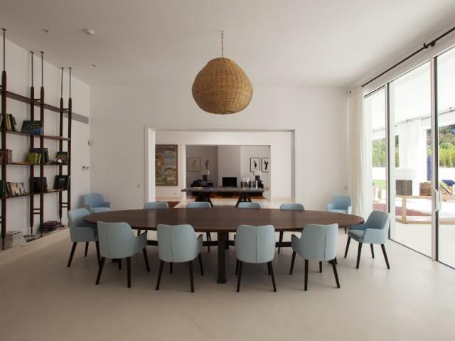 Une salle à manger à l'ambiance épurée - Une villa construite entre ombre et lumière