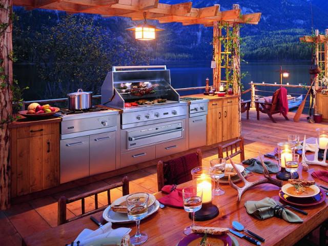 Une cuisine d'extérieur intégrée pour une ambiance champêtre - Dix cuisines d'extérieur pour la famille