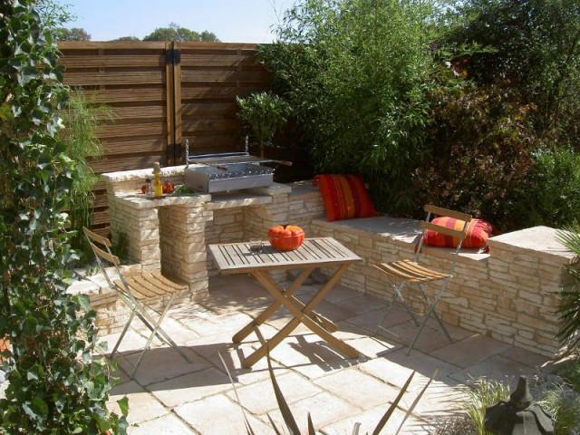 Une cuisine d'extérieur en pierre pour une ambiance zen - Dix cuisines d'extérieur pour la famille