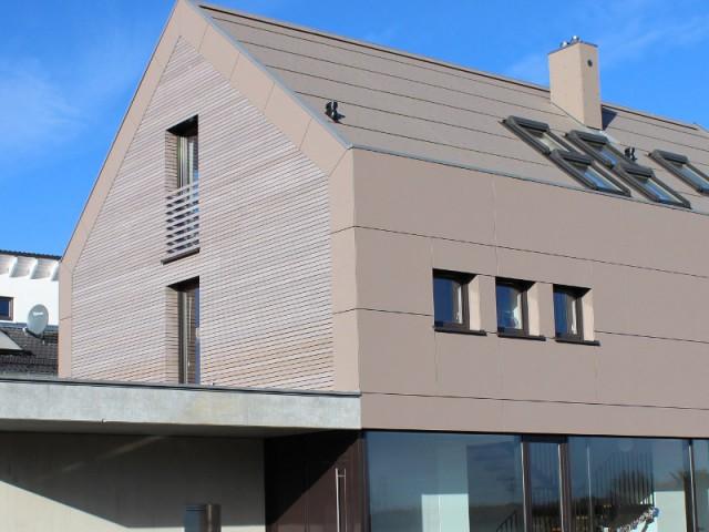 Une maison moderne comme un cube de bois - Une maison comme un mille-feuille de bois