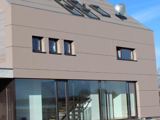 De larges baies vitrées pour illuminer le rez-de-chaussée - Une maison comme un mille-feuille de bois