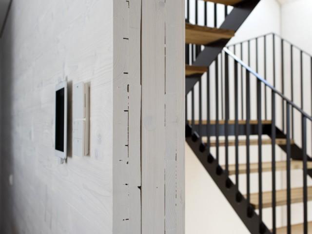 Des murs comme des mille-feuilles de bois - Une maison comme un mille-feuille de bois