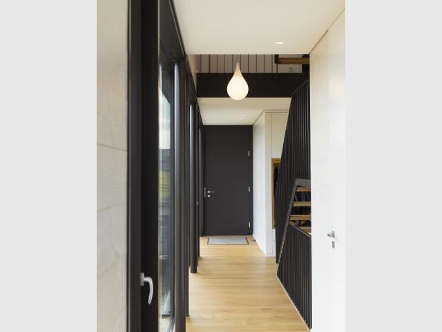 Une entrée baignée de lumière  - Une maison comme un mille-feuille de bois