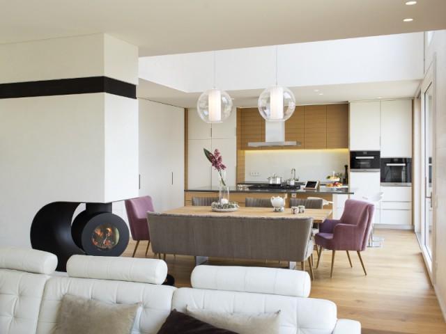 Un salon ouvert pour plus de convivialité  - Une maison comme un mille-feuille de bois