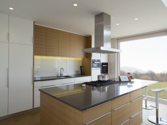 Une cuisine moderne bercée de lumière - Une maison comme un mille-feuille de bois