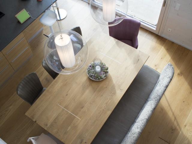 Un mobilier en harmonie avec la nature - Une maison comme un mille-feuille de bois