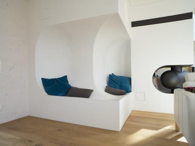 Des petits nids dans les murs pour se reposer en famille - Une maison comme un mille-feuille de bois