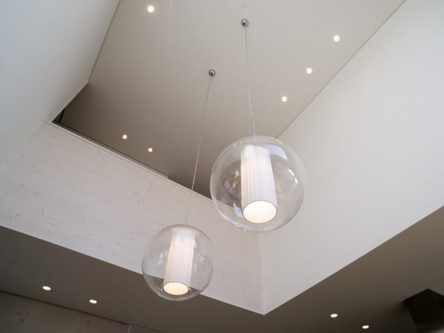 Des LEDs disséminés dans la maison faire des économies d'énergie - Une maison comme un mille-feuille de bois